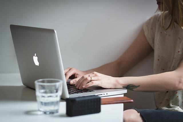 laptop s jablkem